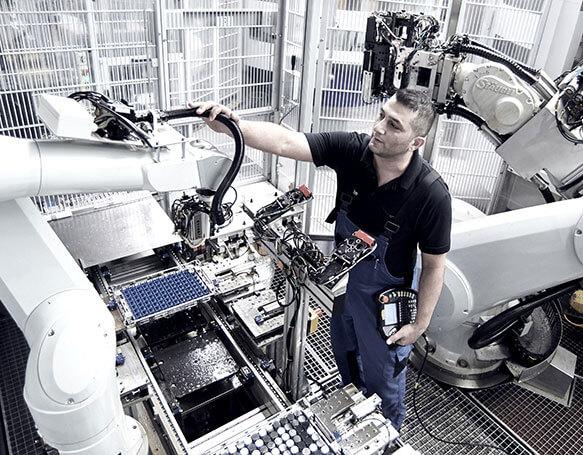 Mitarbeiter bedient eine Maschine